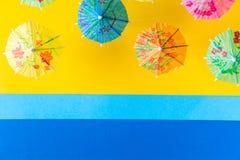 Över huvudet sikt på stranden med paraplyer och havet med fartyg Minsta begrepp för havslopp och för sommarsemester Pappers- orig Royaltyfri Foto