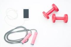 Över huvudet siktskonditionutrustningar och mobiltelefon på vit Royaltyfri Fotografi