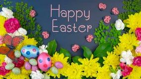 Över huvudet skärm för påsk av nya vårblommor på mörkt - blått trä med text