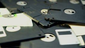 Över huvudet skjuten hög av gammal-stil 3 rotera för diskett 5-inch stock video