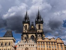 Över huvudet stormmoln den gamla kyrkan i Prague Royaltyfria Bilder