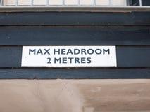 Över huvudet tecken som varnar om maximal head rum Arkivfoton