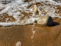Över huvudet tillfångatagande av havvågor som bryter på sandstrandshorelinen royaltyfri foto