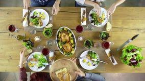 Över huvudet vänner för tabell fyra för bästa sikt som caucasian äter lunch som dricker, rostat bröd samman med höna, sala, potat stock video