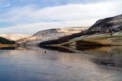 Över isen till kullarna på duvastenbehållare Royaltyfri Bild