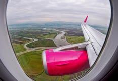 Över lantligt landskap, sikt under ett flyg över fält och floden Royaltyfri Bild