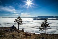 Över moln i fjällängar Arkivbilder