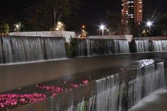 Över natten nedgång sjö Rosa färgblommor och massor av fallande vatten Royaltyfria Bilder