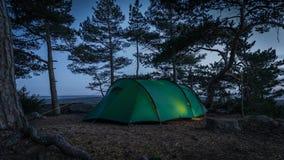 Över natten tenting i Finland på parkerar kallade Varlaxudden royaltyfria bilder
