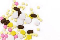 över pills spridd white bakgrund isolerad white Royaltyfri Fotografi
