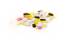 över pills spridd white bakgrund isolerad white Arkivbilder