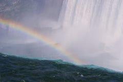 över regnbågevattenfallet Arkivbilder