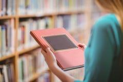 Över skuldrasikt av studenten i bok för arkivinnehav arkivfoto