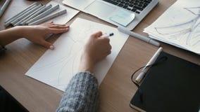 Över skuldrasikten av formgivaren Draw Sketches i studion stock video