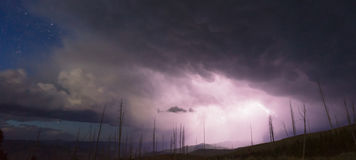 Över slag för blixt för tornliten vikåskväder Yellowstone NP Royaltyfria Foton
