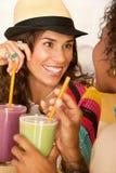över smoothies som talar kvinnor Arkivbild