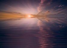 över solnedgångvatten Arkivfoton