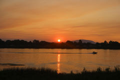 över solnedgångvatten Arkivbilder