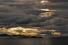 över stormigt vatten för sky Arkivbild