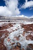 över ström för stenar för caucasus glaciärberg Arkivfoton