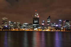 över swan för nattperth flod royaltyfria foton