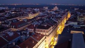 Över taken av Lissabon - stor nattsikt stock video