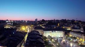Över taken av Lissabon - stor nattsikt arkivfilmer
