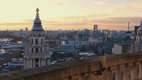 Över taken av London - i aftonen lager videofilmer