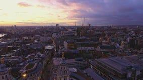 Över taken av London i aftonen stock video
