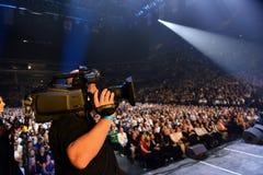 Över tio tusentals deltar i folket konserten för den Viktor Drobysh den 50th årsfödelsedagen på Barclay Center Royaltyfri Foto