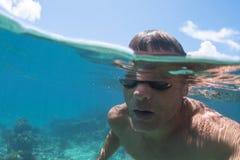 Över under-closeupmansimning i havet Arkivfoton