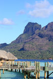 Över vattenbungalower i Bora Bora Arkivbild