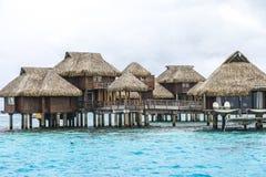 Över vattenbungalower i Tahiti Fotografering för Bildbyråer