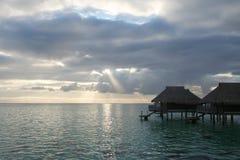 Över vattenbungalowerna i Tahiti Royaltyfri Fotografi