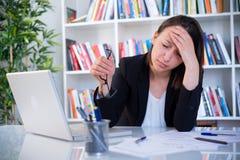 Överanstränga lidande för affärskvinna från huvudvärk fotografering för bildbyråer