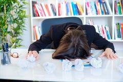 Överanstränga lidande för affärskvinna från huvudvärk arkivfoton