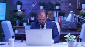 Överansträngd anställd som sent arbetar - natt i kontoret stock video