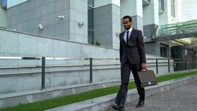 Överansträngd kontorsarbetare som går vid sammanbrott för affärsmitt på arbetsavitaminosis royaltyfri fotografi