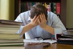Överansträngd stressad man Royaltyfri Fotografi