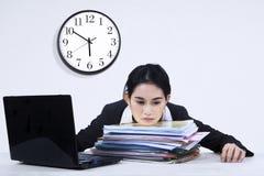 Överansträngd trött affärskvinna Royaltyfri Foto