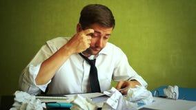 Överansträngt försökande arbeta för affärsman med dokument