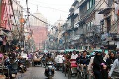 Överbefolkad gata i gamla Delhi Fotografering för Bildbyråer