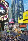 Överbefolkad 7th aveny och västra 44th gata i midtownen Manhattan Royaltyfri Foto