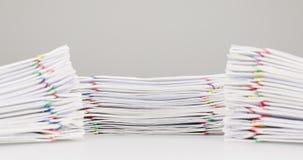 Överbelastningsskrivbordsarbete har dubbelschackningsperiod för tid för förgrund för suddighetshögdokument stock video