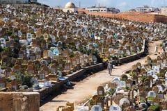 Överblick över den fullsatta muslimkyrkogården i Rabat, Marocko arkivbilder