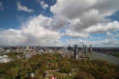 Överblick över staden av Rotterdam i Nederländerna med dess hamnar och broar över floden Oude Maas arkivfoto