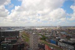 Överblick över staden av Rotterdam i Nederländerna med dess hamnar och broar över floden Oude Maas royaltyfri foto
