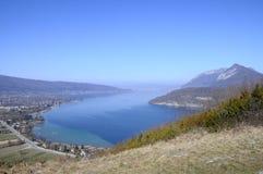 Överblick av Annecy sjön, savojkål, Frankrike Arkivfoton