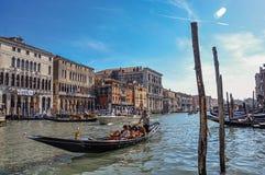 Överblick av byggnader i den stora kanalen och gondol i förgrunden På centret av Venedig Royaltyfria Foton