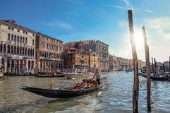 Överblick av byggnader i den stora kanalen och gondol i förgrunden På centret av Venedig Royaltyfri Foto